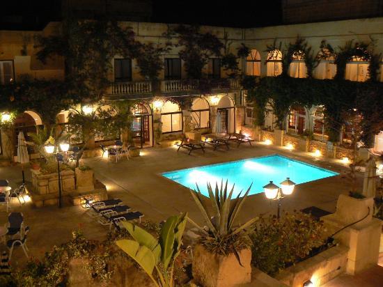 Cornucopia Hotel: Cornucopia at night (small pool)