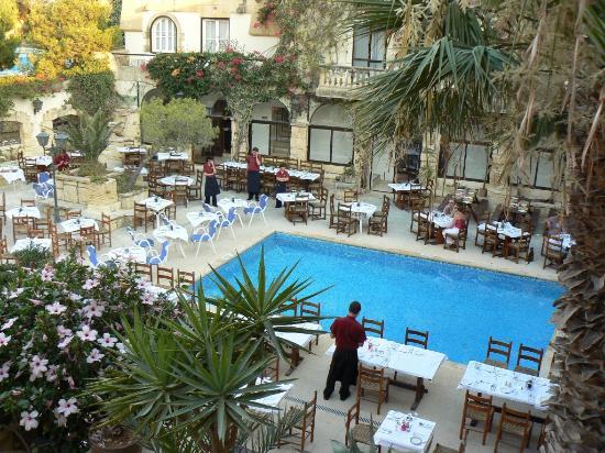 Cornucopia Hotel: Preparation of the Friday night pool-side BBQ