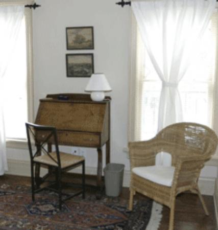 Riverwalk B & B : Writing Area:  Queen's Room