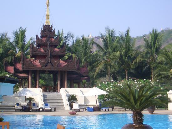 Mandalay Hill Resort : Pool & lunch pagoda