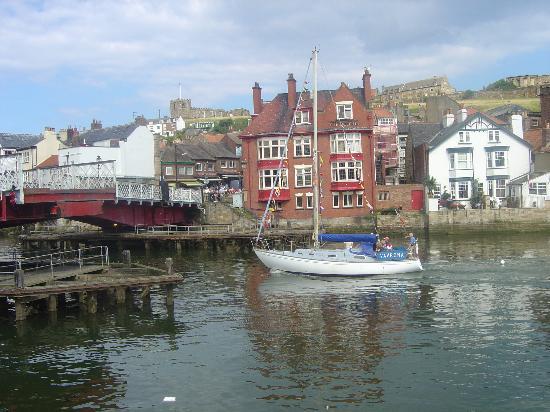 Launceston Villa Bed & Breakfast: Swing bridge opening for taller boats