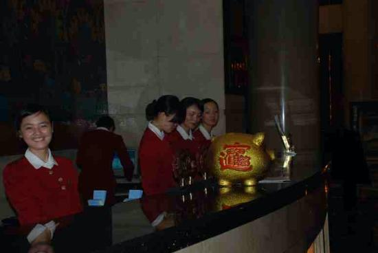 Zhuzhou Huatian Hotel: Plenty of reception staff