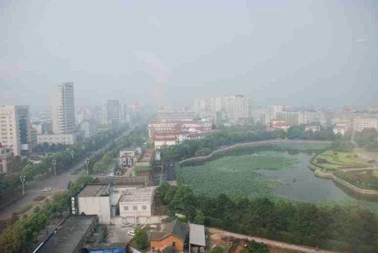 Zhuzhou Huatian Hotel: View from the window (pollution city!)