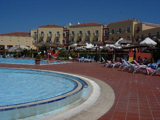 Neilson Phokaia Beachclub: les piscines, le bâtiment principal.