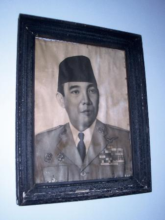 Hotel Tugu Blitar: Bung Karno at a young age, a photo on the wall in the Sang Fajar suite living room