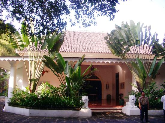 Hotel Tugu Blitar: Tug Blitar's Courtyard and entrance to the Suites