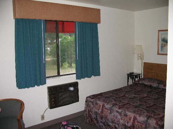 Econo Lodge Mt. Rushmore Memorial : Queen Bed - Little Tight