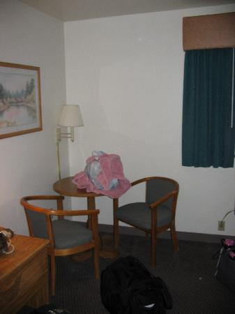 Econo Lodge Mt. Rushmore Memorial: Table and Chairs