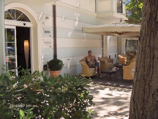 Hotel Accademia : Enjoying wine on the patio