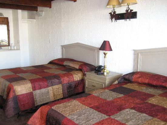 Bonneville Inn: Room with two queen beds
