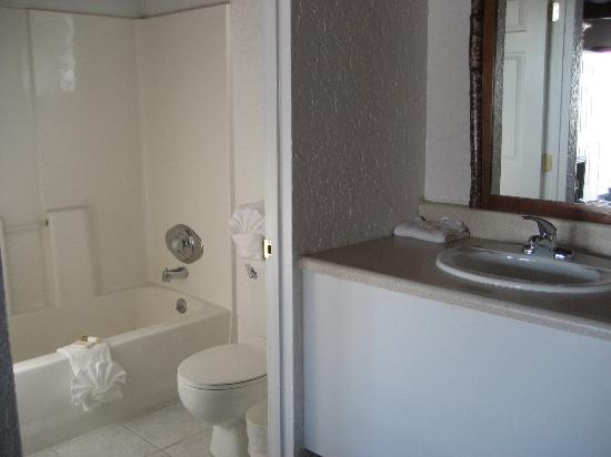 Bonneville Inn: Clean bathrooms