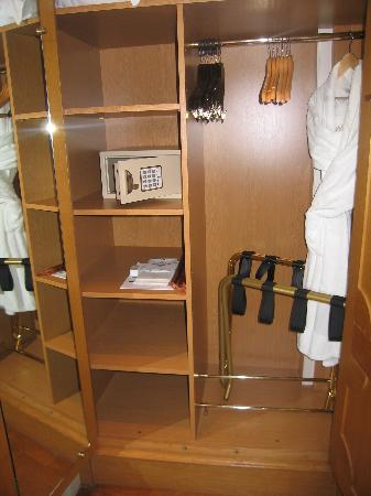 Hotel Luxembourg Parc: Closet