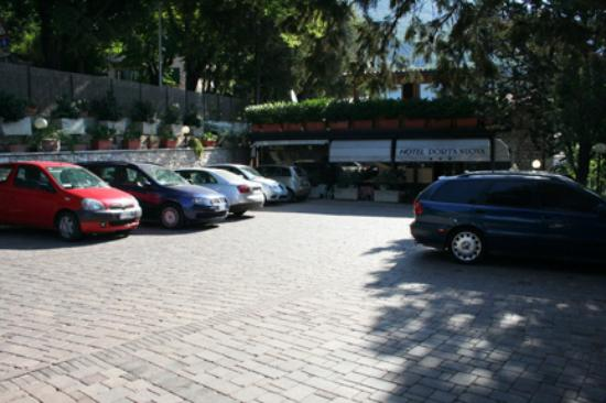 Hotel Porta Nuova: Ample parking