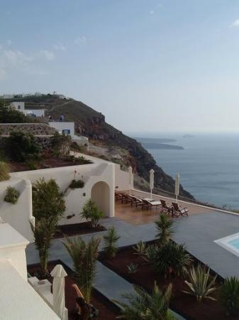 Anastasis Apartments: View of the patio towards Fira