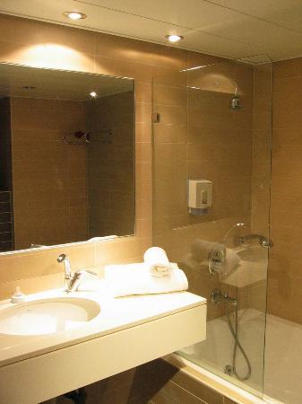 Carlton Nahariya: Bathroom