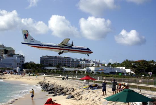 Villas on Great Bay: Plane landing Sunset Beach Bar, Maho Beach