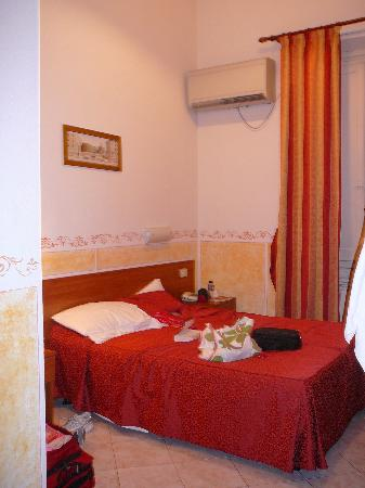 Hotel Palazzuolo: the bed and a/c unit