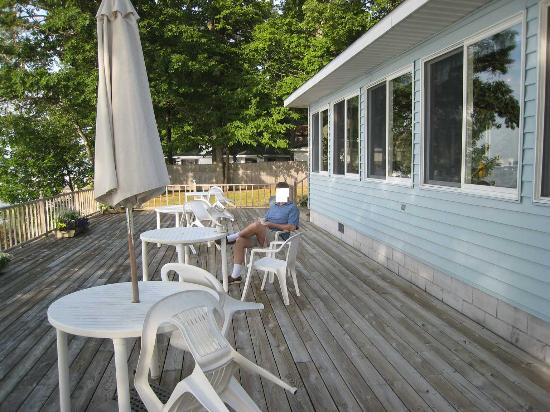 Churchill Pointe Inn: a nice deck for morning caffee