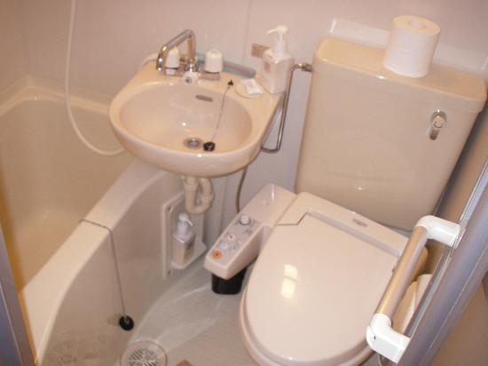 Ryokan Shimizu: Compact Bathroom Facilities
