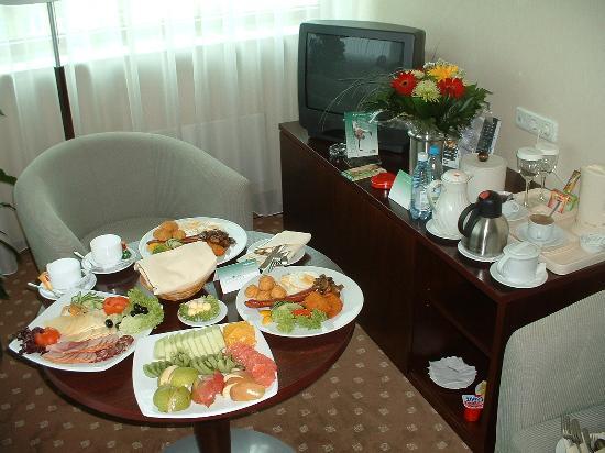 Holiday Inn Vilnius: Breakfast Room Service (Suite Living Room)