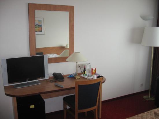 le petit bureau et ecran tv picture of best western amsterdam airport hotel hoofddorp. Black Bedroom Furniture Sets. Home Design Ideas