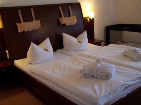 Hotel Hanseatic Rugen und Villen : Double bedroom with baby cot