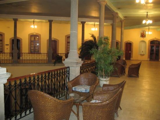Otel Dulgeroglu: Second floor seating area in the evening