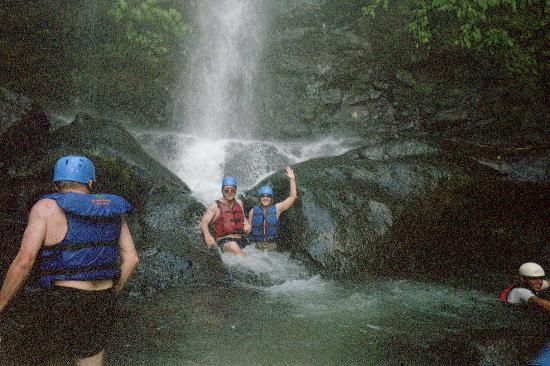 Savegre River : Relaxing under a waterfall