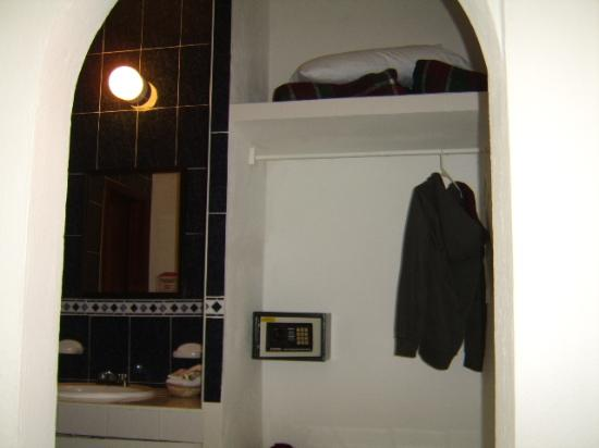 Hotel Noray: Closet with security box