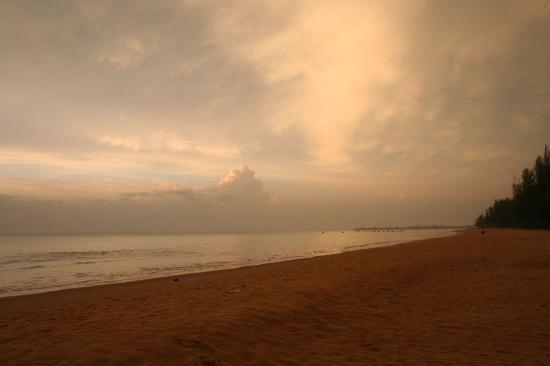 Khaolak Orchid Beach Resort : the beach by night