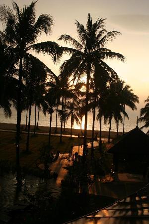 Khaolak Orchid Beach Resort : beach at sundown