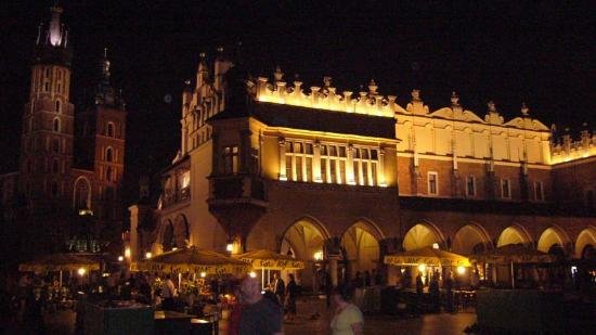 Abella Guest Rooms: Krakow market Square at night
