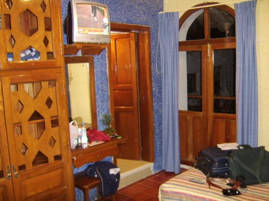 Hotel Posada Cuetzalan: Closet, cable TV, entrance to bathroom and door to balcony