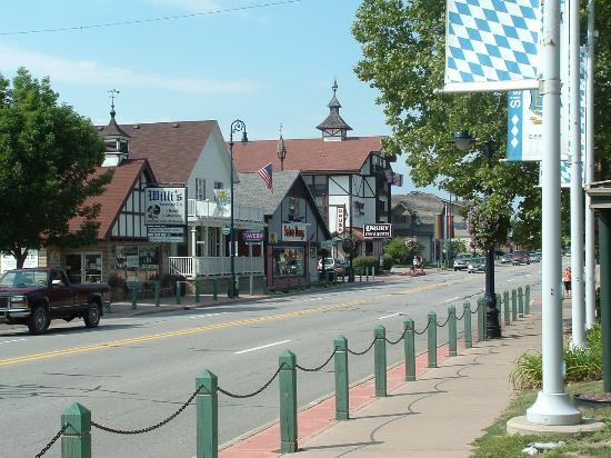 Drury Inn & Suites Frankenmuth: street front looking at the Drury Inn