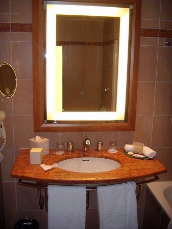 Pullman Paris La Defense: Bathroom was a plus to the whole experience