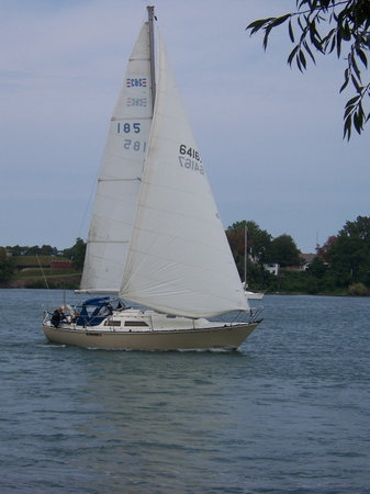 Niagara-on-the-Lake, Canada: Sailboat in Lake Ontario