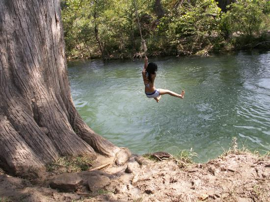 Sabinal River Lodge: Rope swing over river