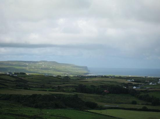 Ballinalacken Castle Country House: View of the Cliffs from the Castle top