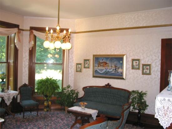 Squiers Manor B&B: The Parlor