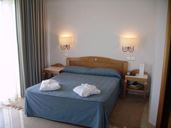 Calypso Hotel: bed