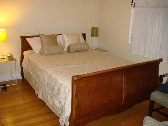 Havinn International Guest House: Our room-Queen size bed