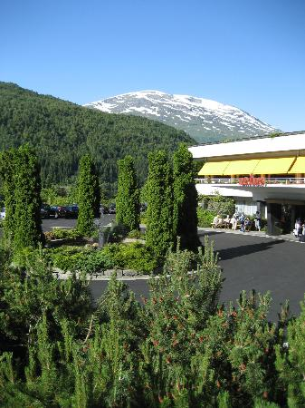 Hotel Alexandra: Hotel main entrance area with snow capped mountain in background