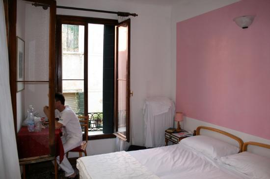 Chambre double (lits jumeaux accollés) - Picture of Hotel San ...
