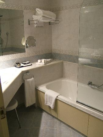 Corinthia Hotel St. Georges Bay: Clean, functional bathroom