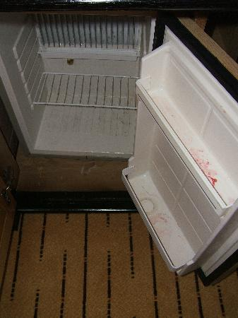 Corinthia Hotel St. Georges Bay: Dirty refrigerator