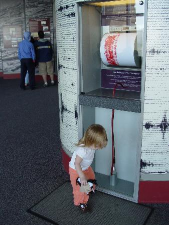 Johnston Ridge Observatory : visitor center exhibits