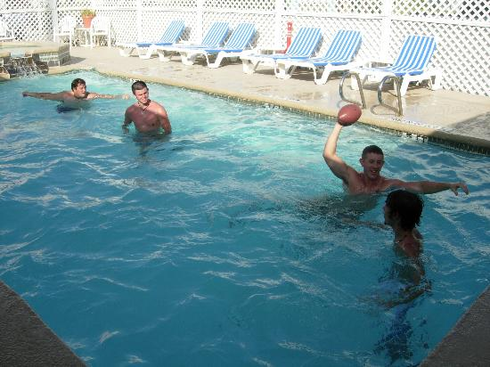 Port Aransas Inn: The guys playing football in the Port Aransas pool