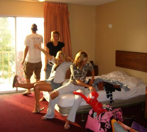 Regency Inn Jacksonville: making the best of this hellish room