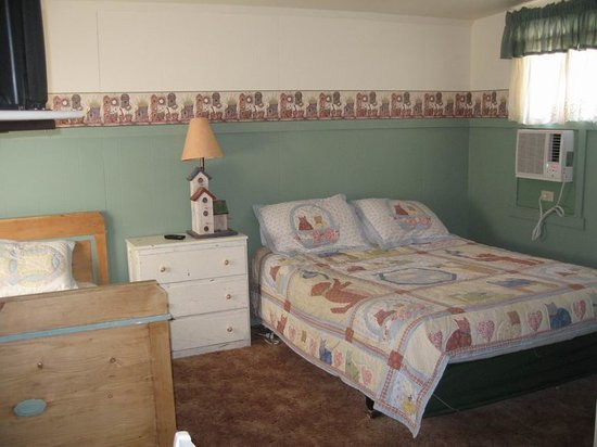 Sequoia Motel in Three Rivers: Room with queen and twin beds