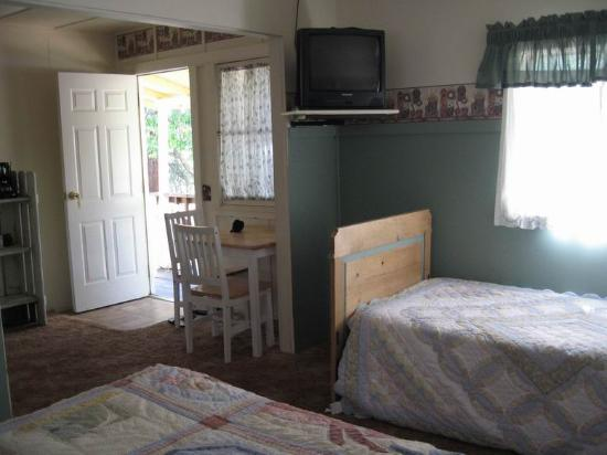 Sequoia Motel in Three Rivers: TV and table